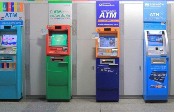Vietnamesisches Geld abheben am Automat