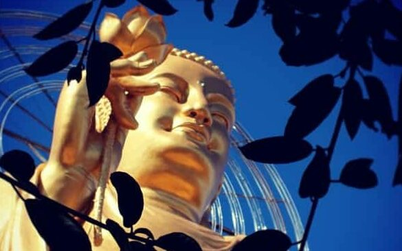 Goldene Buddha-Statue und Van-Hanh-Pagode