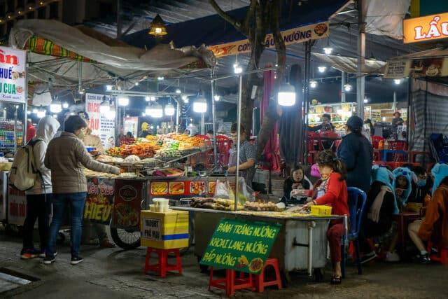 Street Food mit vietnamesischen Snacks und Barbecue auf dem Da Lat Night Market im Stadtzentrum